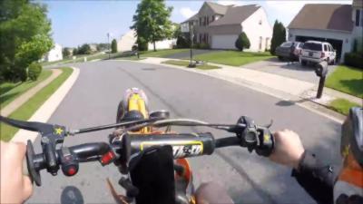 Quand un motard fait une roue pour impressionner une jolie fille