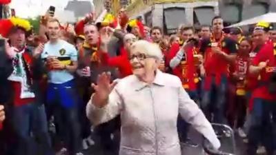 Une mamie chante et danse au milieu des supporters Belges
