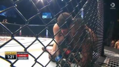 Un combattant MMA demande à sa mère de la fermer en plein combat