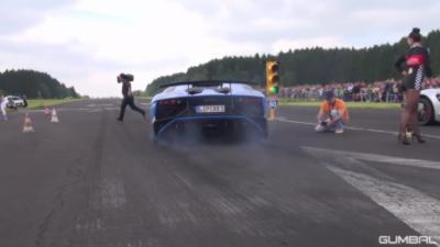 Une Lamborghini Aventador manque de peu de renverser un cameraman lors d'une course
