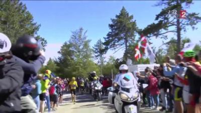 Tour de France: Froome chute et continu de monter le Ventoux en courant