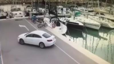 Un pêcheur oublie de serrer le frein à main de sa voiture sur le quai d'un port
