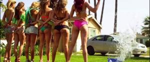 Des jolies filles lavent une voiture sans les mains