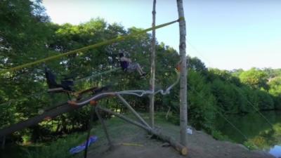 Une arbalète humaine géante qui propulse dans les airs à plus de 15 mètres