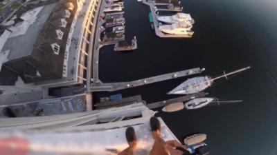 Sauter d'un immeuble de 40 mètres de haut pour atterrir dans un port