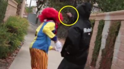 Un clown tueur effraie les gens mais tombe sur un mec qui sort un pistolet