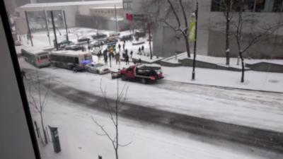 Des véhicules se crashent les uns sur les autres à cause d'une descente verglacée