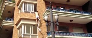 Un amant s'enfuit par la fenêtre pour échapper au mari