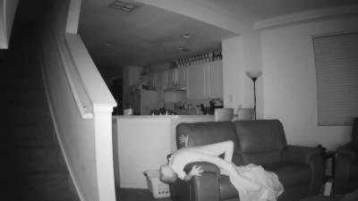 Un couple a une énorme surprise en regardant la caméra de surveillance installée dans le salon de leur maison