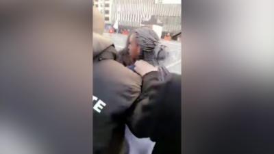 Deux jeunes filles portant des maillots du PSG se font bousculer à Marseille