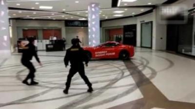 Un homme s'introduit dans un centre commercial avec sa Ferrari