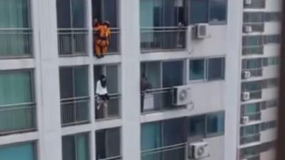 Un pompier met un coup de pied en pleine tête d'une femme suicidaire pour la sauver