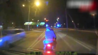 Un policier percute volontairement un motard pour le faire tomber et l'arrêter