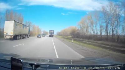 Un chauffeur s'endort au volant de son camion et termine dans le fossé