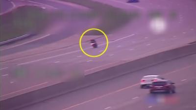 Un motard tente d'échapper à la police en sortant de l'autoroute mais c'était une très mauvaise idée
