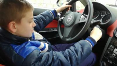 Quand un papa laisse son fils conduire sa voiture dans le jardin de la maison
