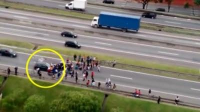 Un chauffard impatient écrase sous sa voiture des manifestants qui bloquent la route