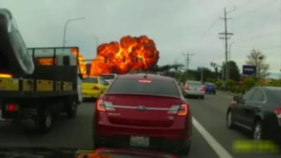 Un avion s'écrase en plein milieu d'une route laissant un énorme nuage de feu derrière lui
