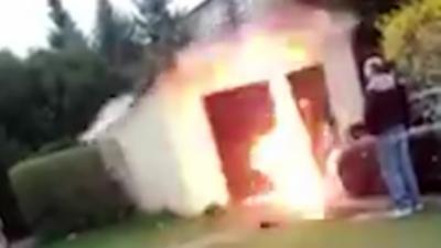 Il n'aurait pas du vouloir repeindre son garage en faisant exploser un pot de peinture avec des pétards