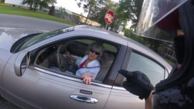 Un motard insulte et agresse une vieille dame qui a failli lui couper la route