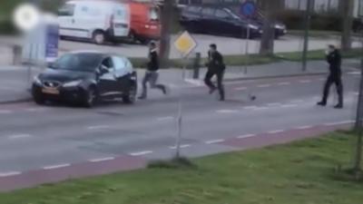Un dealer n'ouvre pas sa voiture à son pote alors qu'il est poursuivi par des policiers