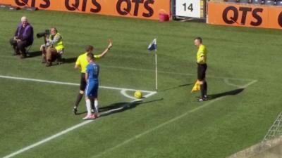 Un arbitre de touche vomit en plein match et se prend un carton rouge par l'arbitre central