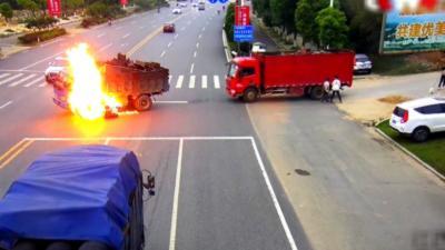 Un motard s'enflamme en percutant le réservoir de carburant d'un camion