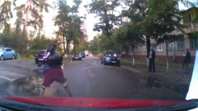 Une femme qui marche au milieu de la route à une réaction très étrange lorsqu'elle se fait klaxonner