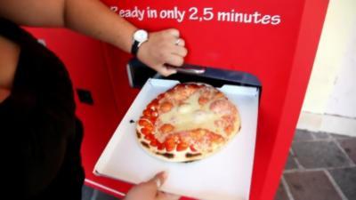 Une pizza fraîchement préparée en moins de 3 minutes pour seulement 3 euros par une machine italienne