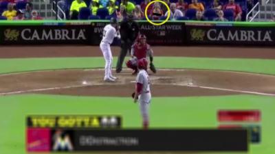 Pendant un match de Baseball une supportrice agite ses seins pour déconcentrer le lanceur