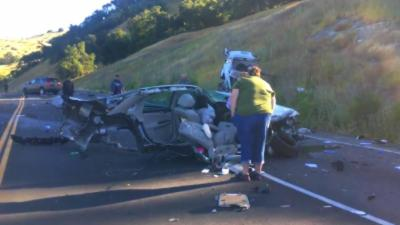 Une voiture littéralement coupée en deux sur toute la longueur après un gros accident
