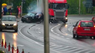Un automobiliste sans ceinture se fait violemment percuter par un camion qui vient de griller un feu rouge