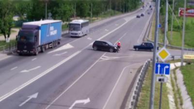 Une voiture coupe volontairement la route à un cycliste et le renverse