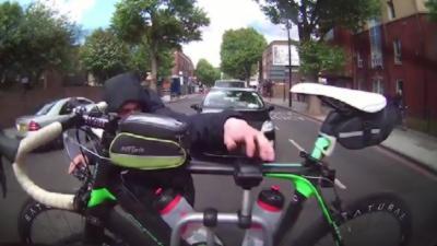 Un cycliste tente de voler un vélo accroché à l'arrière d'une voiture pendant qu'elle roule