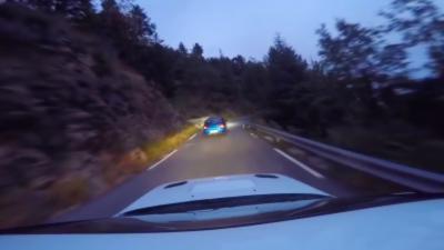 Une course folle entre deux Subaru Impreza STI sur une route de montagne escarpée