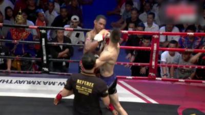 Deux combattants de Muay-Thaï se mettent simultanément KO pendant un combat