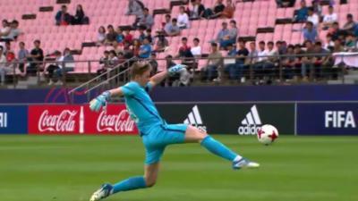 Un défenseur de l'équipe d'Angleterre marque un but du milieu de terrain... contre son camp