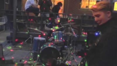 Un policier appelé pour tapage nocturne se met à jouer de la batterie avec les jeunes