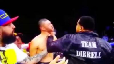 Un entraîneur monte sur le ring pour frapper l'adversaire et son venger son athlète à la fin d'un combat