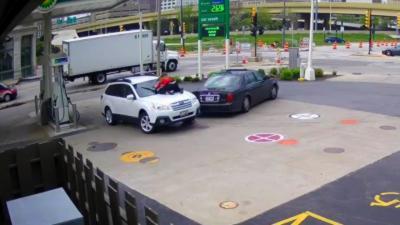 Une femme empêche le vol de sa voiture en sautant sur le capot