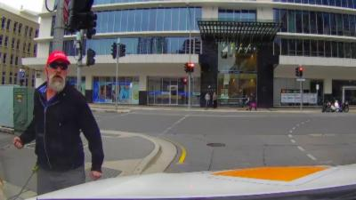 Un piéton qui fait signe à un automobiliste d'aller moins vite va se faire calmer rapidement