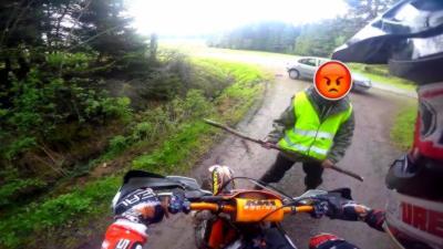 Un vieux fou agresse un motard avec un bâton dans une forêt