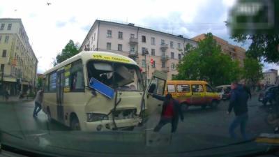 Un chauffeur de minibus percute violemment une voiture et se fait éjecter