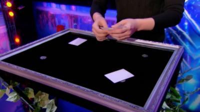 Un magicien téléporte des pièces sans les cacher et personne ne comprend le subterfuge