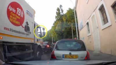 Un éboueur de Marseille jette ses déchets dans la rue par la fenêtre de son camion