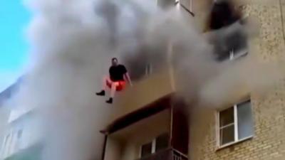 Un père jette ses deux enfants par la fenêtre pour échapper à leur appartement du 5ème étage en feu