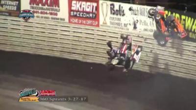 Un pilote de Sprint Car décolle tellement haut qu'il sort du circuit après avoir percuté un concurrent
