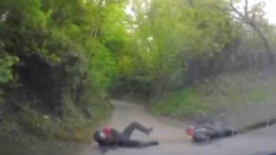 Une femme se fait percuter par un motard et sort de sa voiture en oubliant de mettre le frein à main
