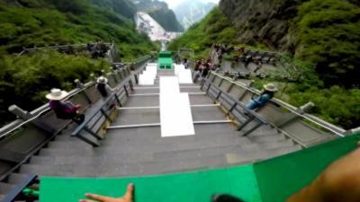 Caméra embarquée sur une course folle de parkour sur l'escalier le plus extrême du monde