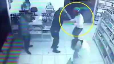 Un braqueur rentre dans une supérette où tous les clients sont armés